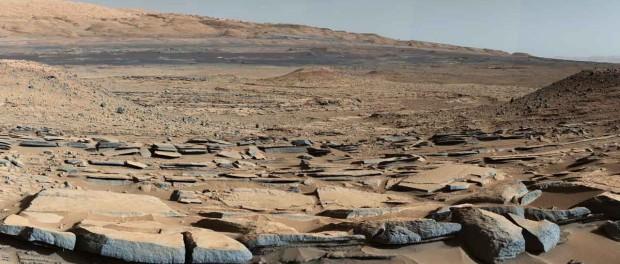"""Le """"dallage"""" au premier plan montre le fond d'un ancien lac. Crédit NASA"""