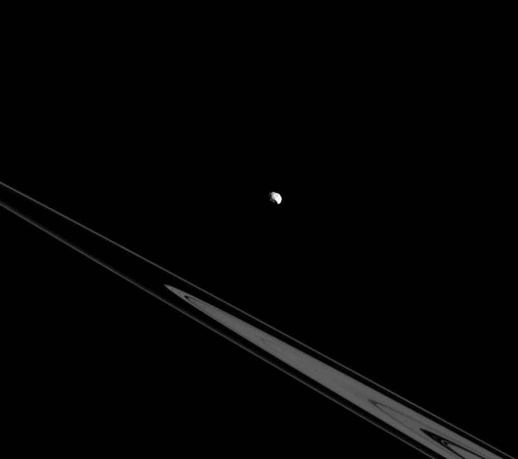 Épiméthée le 26 juillet 2015 au dessus des anneaux de Saturne. Crédit NASA