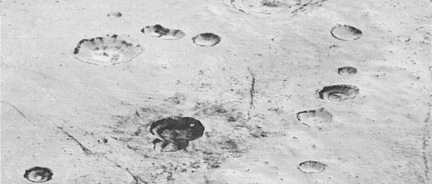 Des plaines de glace et des cratères. Crédit NASA