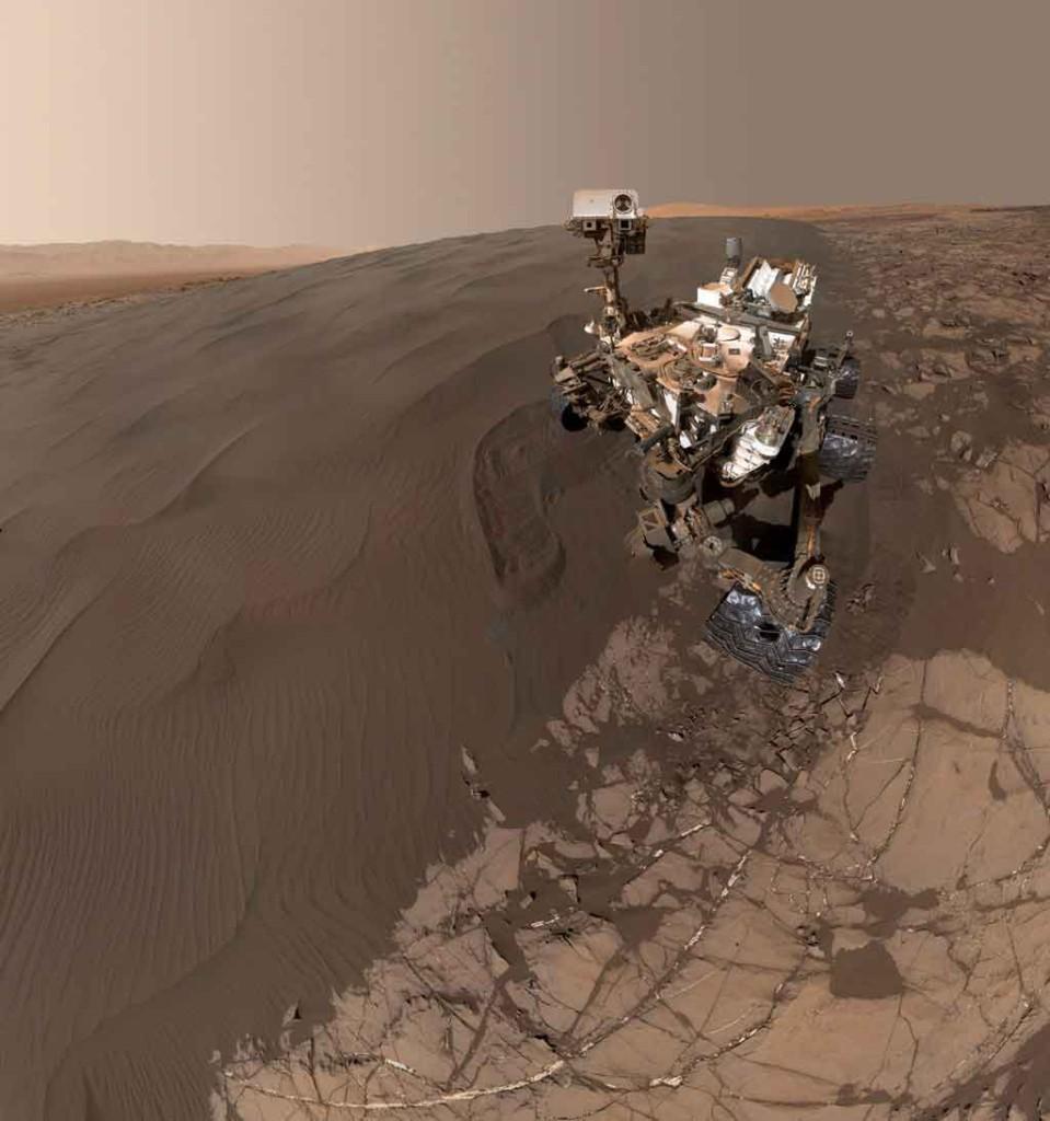 Curiosity devant les dunes de sable de Mars. Crédit NASA/JPL-Caltech/MSSS