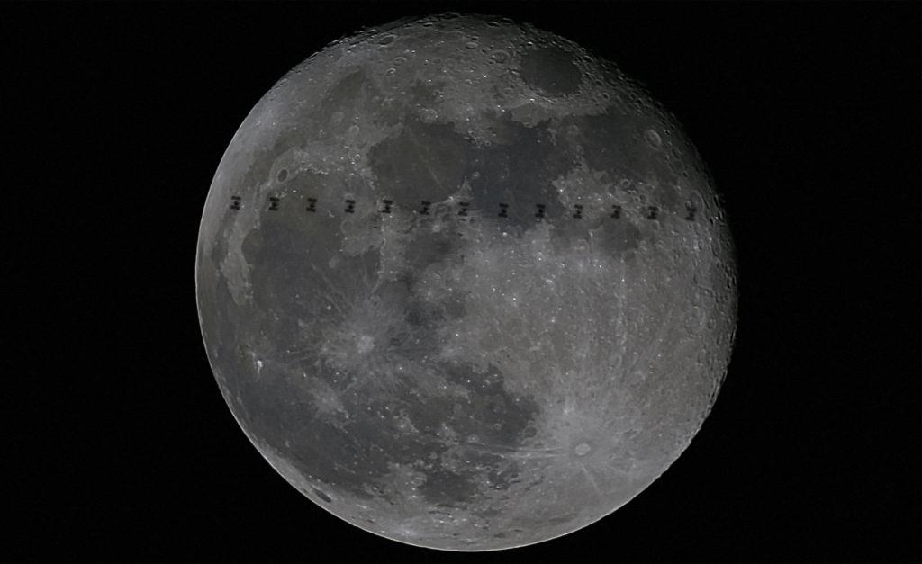 L'ISS photographié devant la Lune
