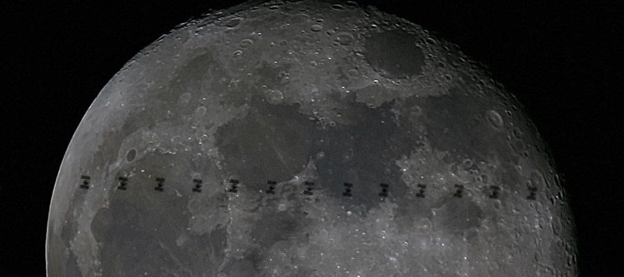 La station semble petite devant la Lune