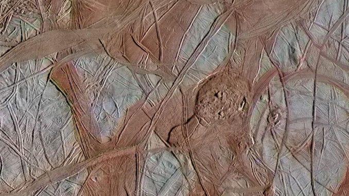 La NASA dévoile 3 images retravaillées de la surface d'Europa