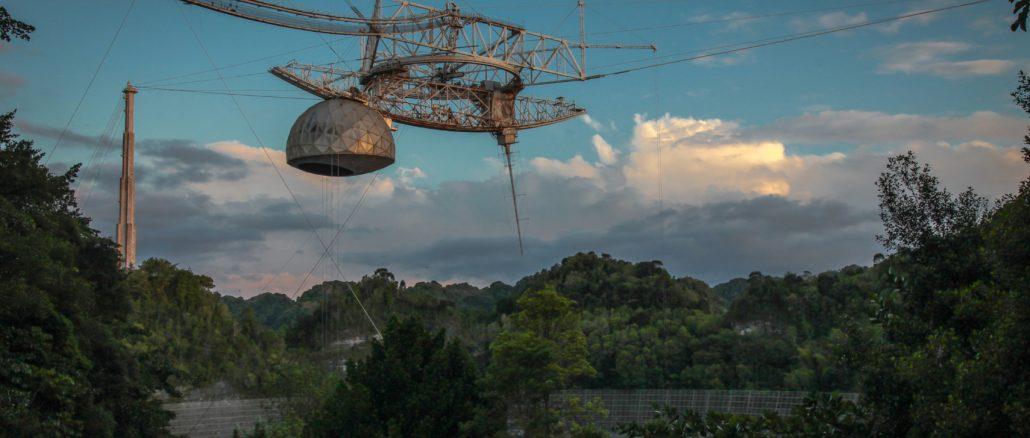 Le spectaculaire effondrement du radiotélescope d'Arecibo (vidéo)