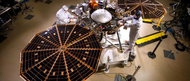 Les ingénieurs de Lockheed Martin test le déploiement des panneaux solaires