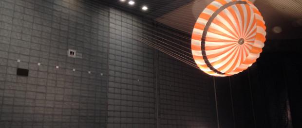 En février à 2015, test du parachute de l'atterrisseur InSight à Moffett Field en Californie dans le plus grand tunnel a vent du monde