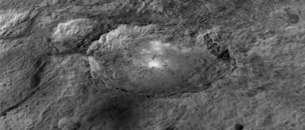 Un des nombreux cratères de Cérès vu de près.