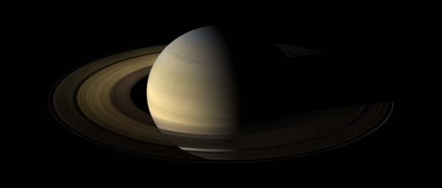 Saturne en 2009 pendant l'équinoxe. L'image a été réalisée avec de nombreuses photos prises par Cassini. Crédit NASA/JPL/Space Science Institute
