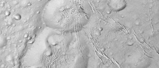 Les cratères sont accompagnés de fissures dans le sol. Crédit NASA