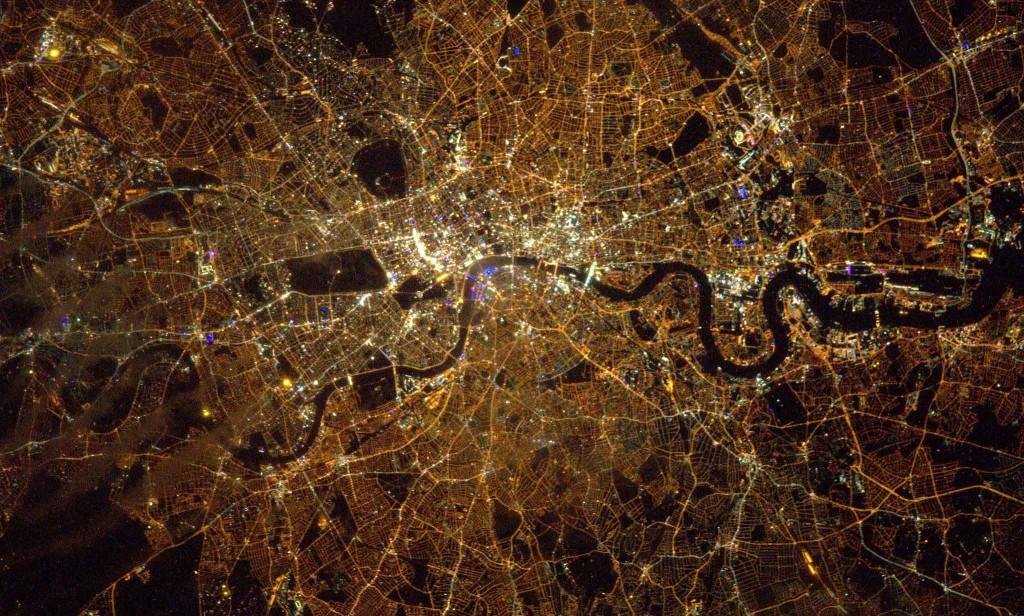 Londres brille en pleine nuit. Crédits: ESA/NASA