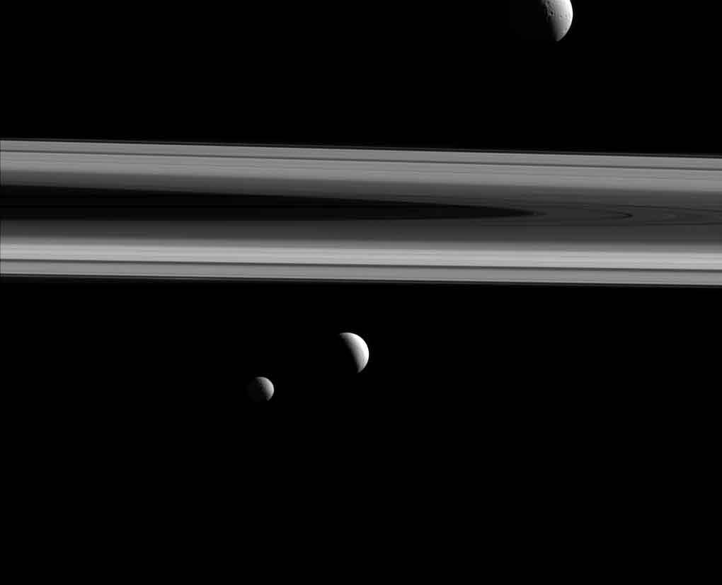 Téthys est au dessus des anneaux. Minas est la plus à gauche derrière Encelade. Crédit d'image: NASA / JPL-Caltech / Espace Science Institute