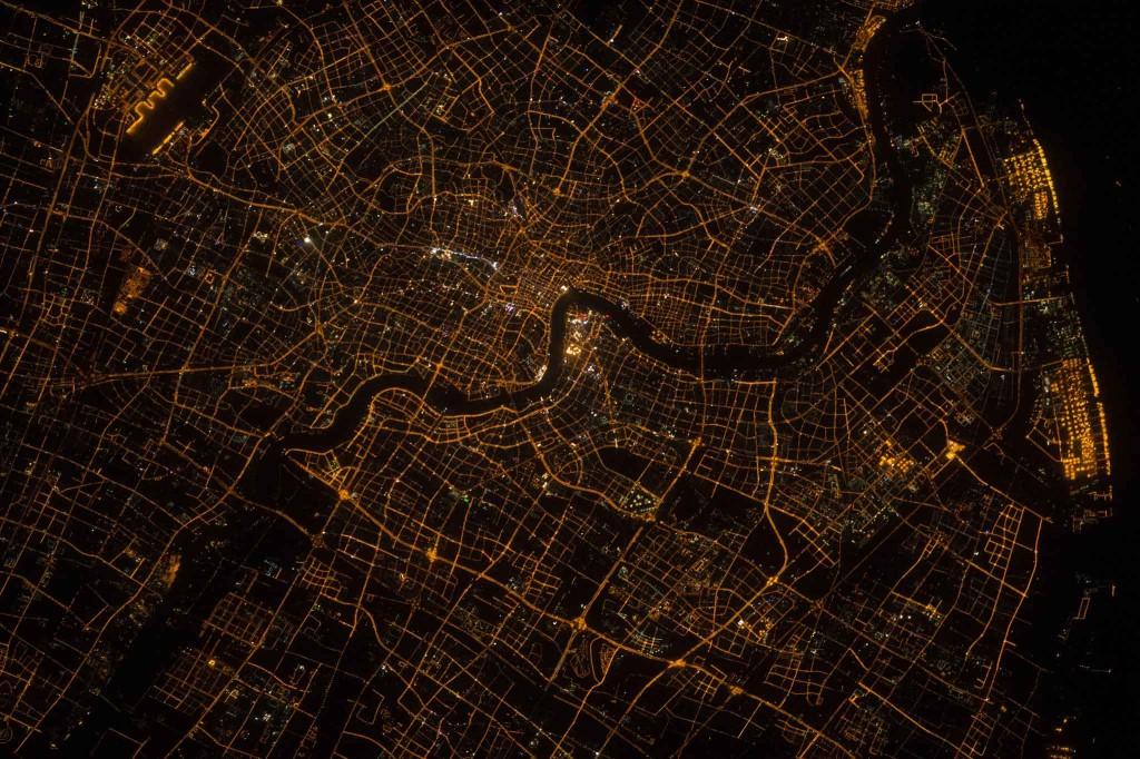 Shanghai en pleine nuit, cette ville à environ 24 millions d'habitants. Crédits: SCOTT KELLY, NASA