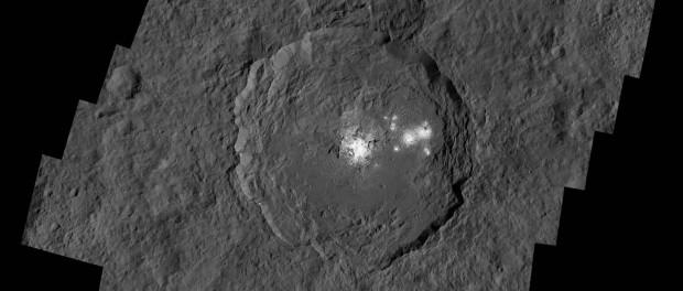 Le cratère Occator mesure 92 km de diamètre et il est profond de 4 km. Ses taches lumineuses sont les plus brillantes de Cérès. Crédits: NASA/ DLR/ JPL