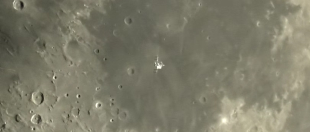 station spatiale internationale devant la Lune