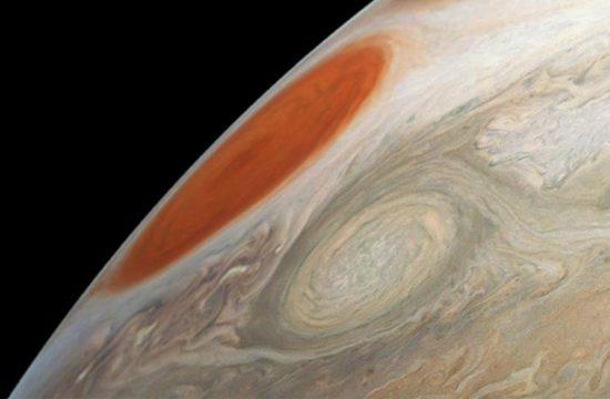 Juno capture deux énormes tempêtes sur Jupiter