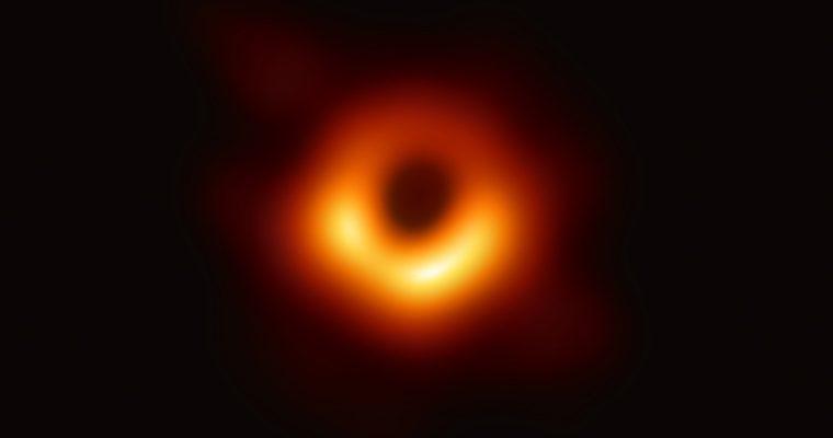 Première image d'un trou noir