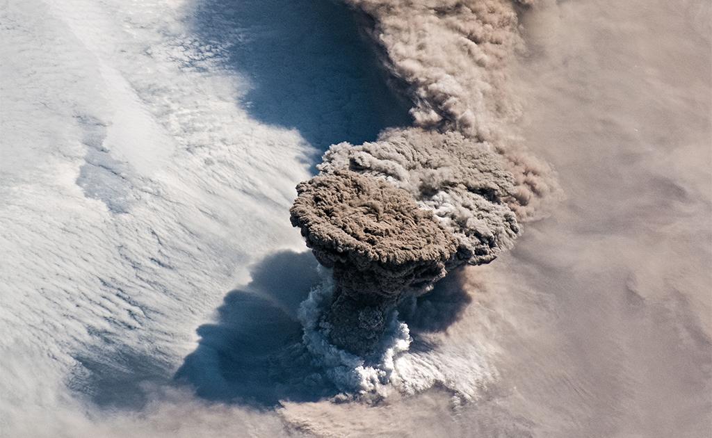 L'éruption du volcan Raikoke vue de l'espace
